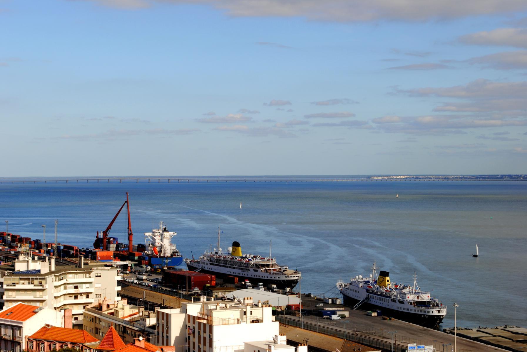 Puente Vasco de Gama al horizonte desde el mirador.