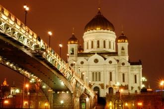 Catedral de Cristo Salvador bajo el Puente Patriarshy. Moscú 2015.