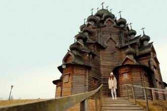 Iglesia de la Intercesión, en Bogoslovka. Rusia 2015.