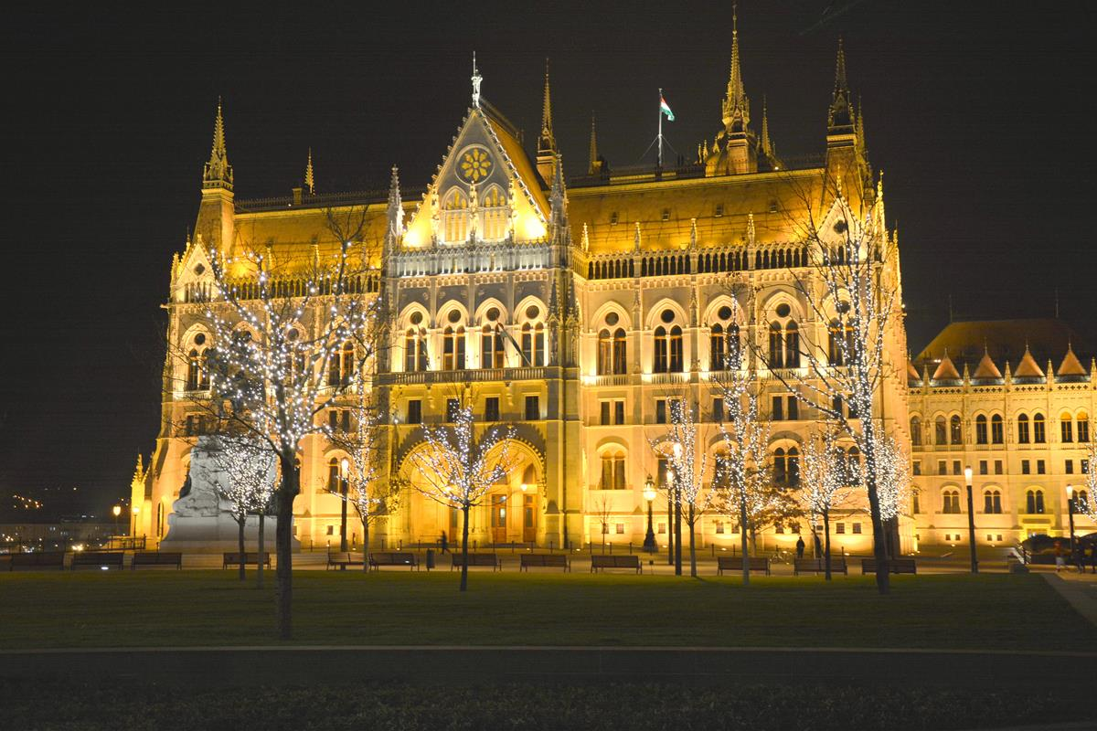 que-ver-budapest-parlamento-noche-1